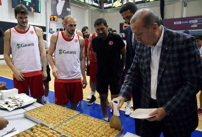 Cumhurbaşkanı Recep Tayyip Erdoğan,12 Dev Adam'ı ziyaret etti