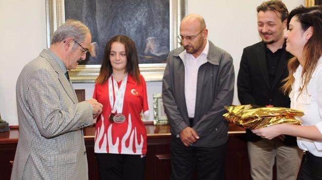 Büyükerşen'den milli yüzücü Sümeyye'ye ödül