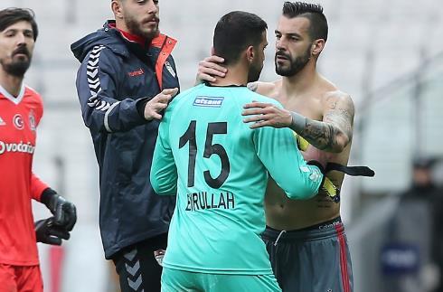 Maç sonu gözyaşlarını tutamayan Emrullah Şalk'ı Negredo teselli etti!