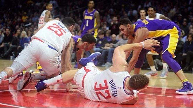 Los Angeles Clippers'ın all-star oyuncusu Blake Griffin iki ay forma giyemeyecek