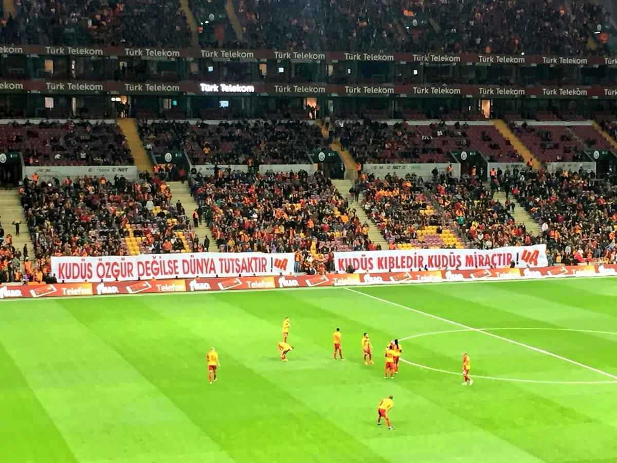 Galatasaraylı oyuncular golden sonra Kudüs pankartına gitti