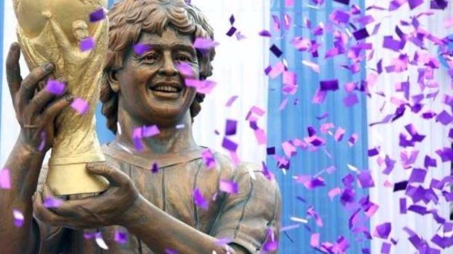 Maradona'nın heykelini diktiler