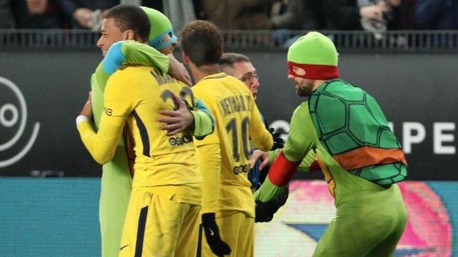 PSG maçında Ninja Kaplumbağalar sürprizi! Donatello lakaplı Mbappe'ye koştular...