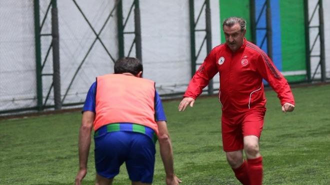 Video - Bakan Osman Aşkın Bak, halı sahada futbol oynadı