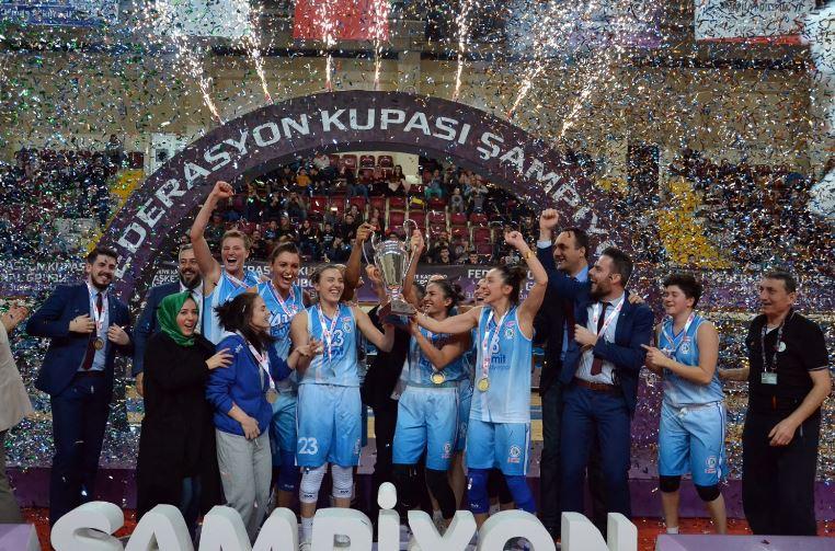 İzmit Belediyespor'da Beşiktaş galibiyeti sevinci
