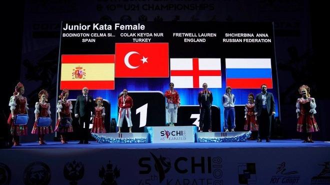 Avrupa şampiyonu Keyda Nur, memleketinde çiçeklerle karşılandı