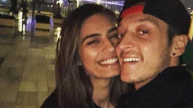 Mesut Özil Everton galibiyeti sonrası sevgilisiyle soluğu İstanbul'da aldı!