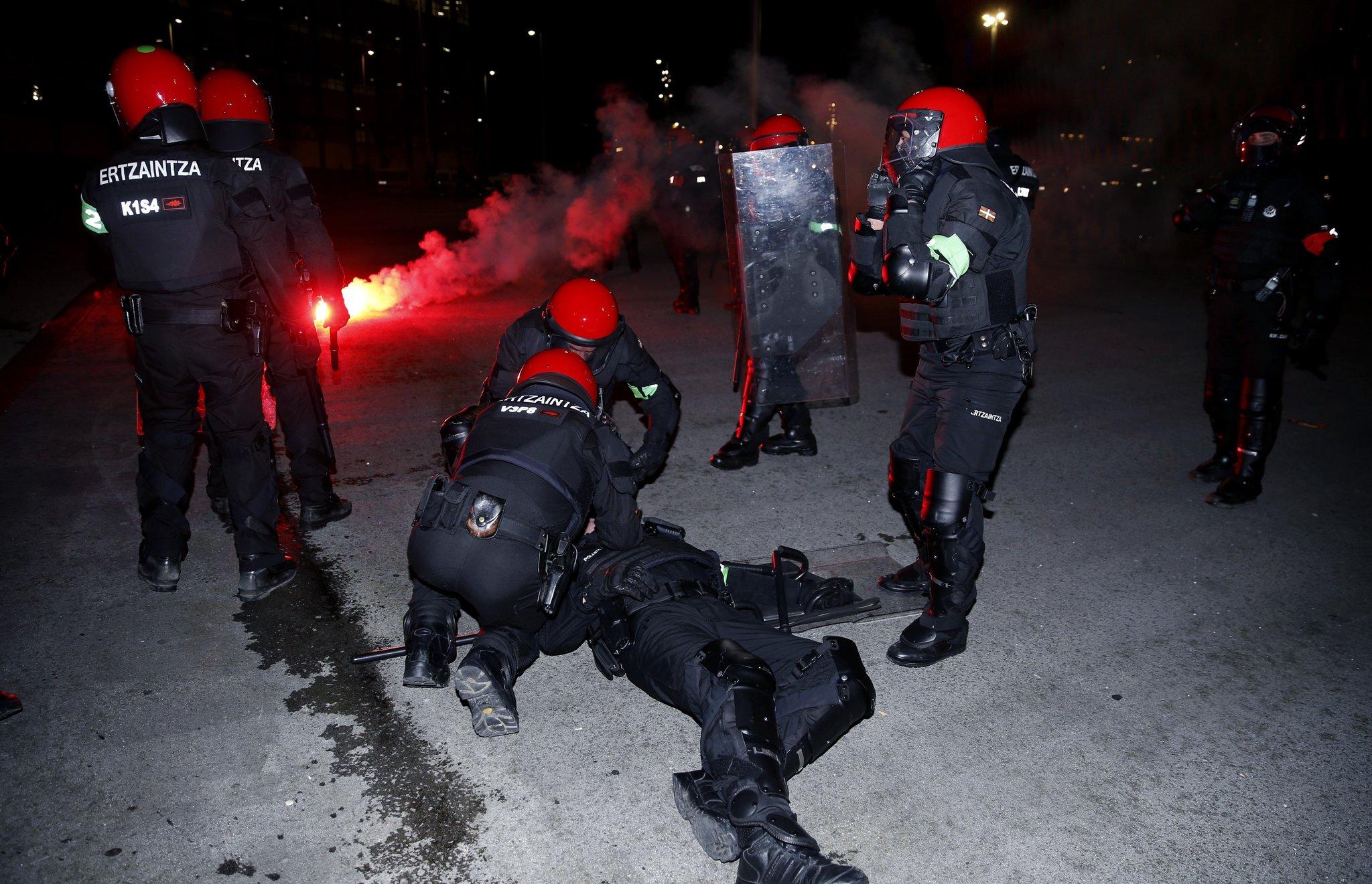 Video - Athletic Bilbao - Spartak Moskova maçı öncesi çıkan çatışmada bir polis öldü!