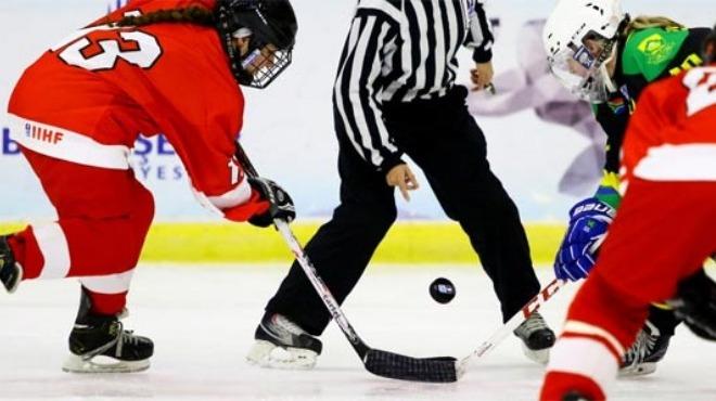 Genç kadın buz hokeyciler madalya peşinde