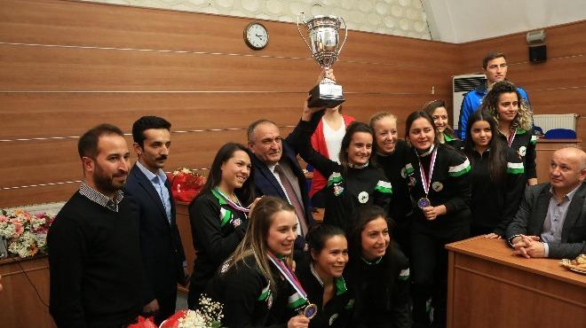 Şampiyon hokeyciler ödüllendirildi