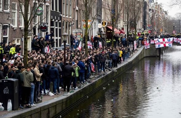 İngiliz taraftarlar, Hollanda'yı birbirine kattı!