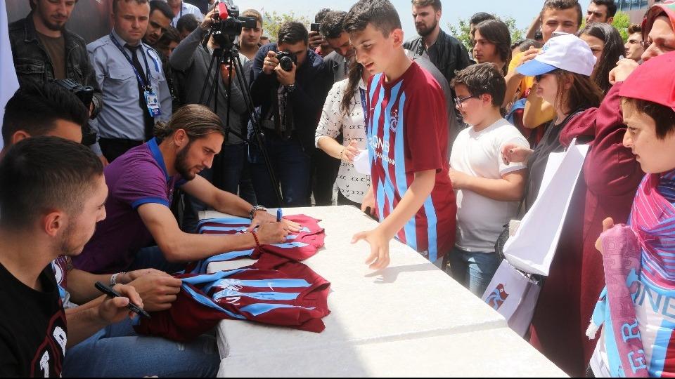 Trabzonsporlu futbolcular imza gününde!