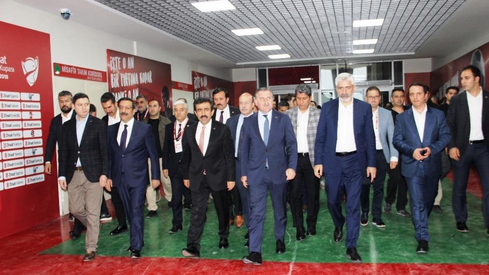 Bakan Bak, Diyarbakır Stadyumu'nda incelemelerde bulundu