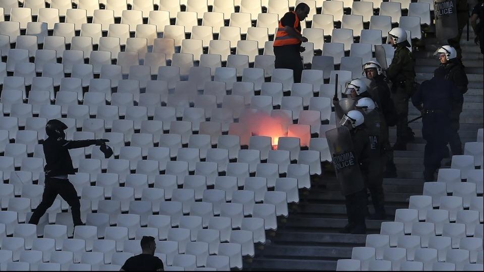 AEK - PAOK maçı öncesi tribünde olaylar çıktı!