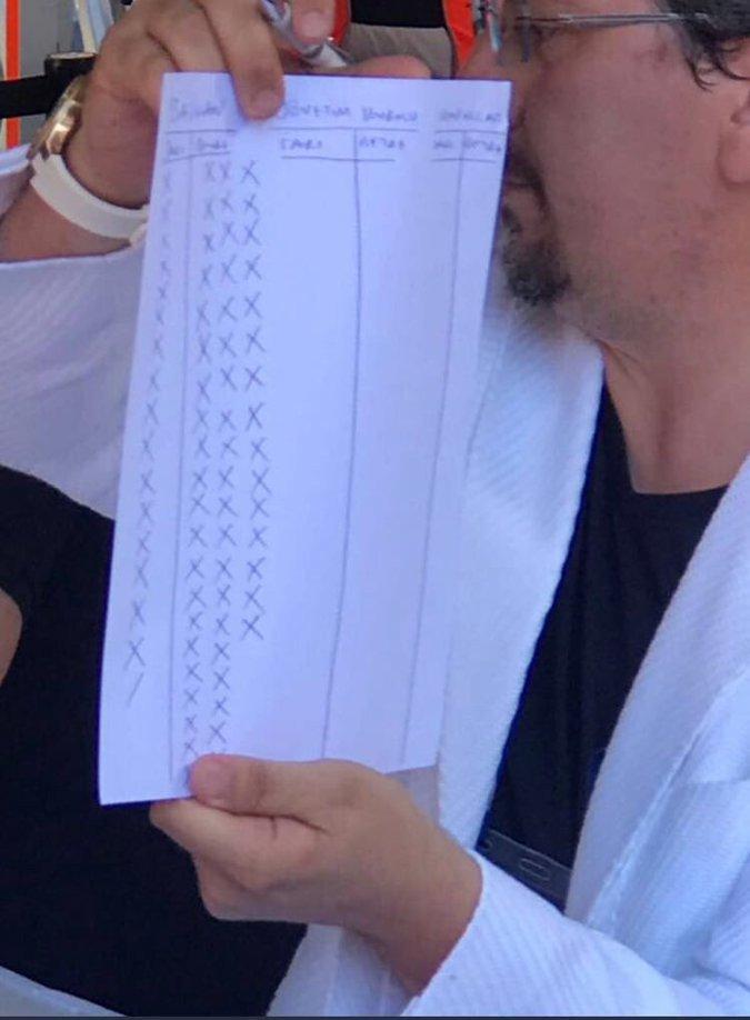 Oy sayım işlemi yapan görevli aradaki farkı gösterdi!