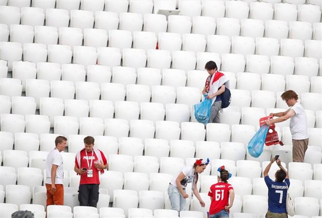 Japon taraftarlar, Polonya maçının ardından tribünleri temizledi
