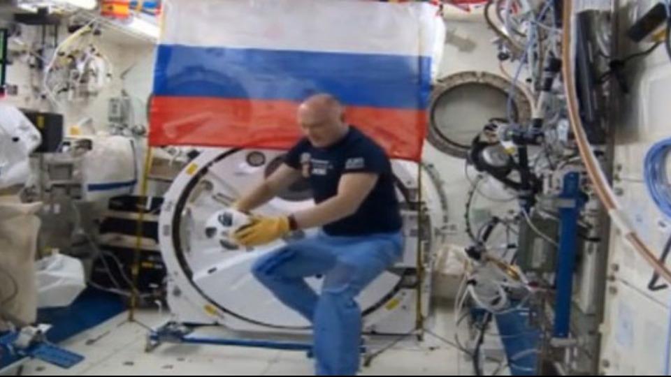 Rus kozmonotlar uzayda zaferi kutladı!