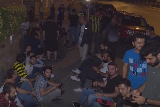 Fenerbahçe taraftarları kombine için geceden sıraya girdiler!