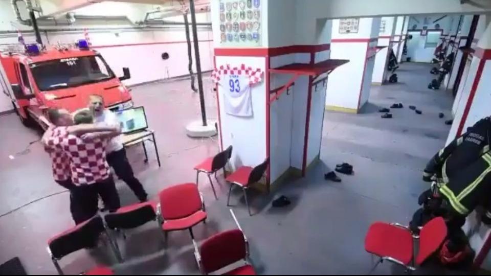 Video - Hırvat itfaiyeciler maçı bırakıp göreve koştular!
