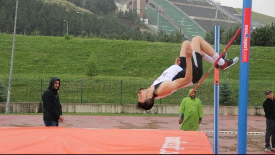 Erzurum'daki yağmur atletlerin hızını kesmedi