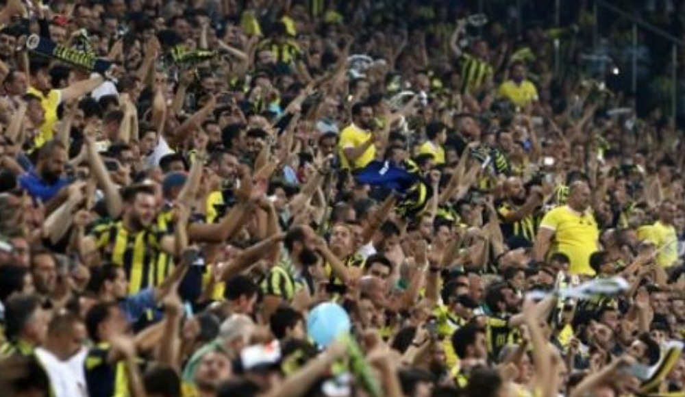 Fenerbahçe taraftarlarına kayısı ikramı