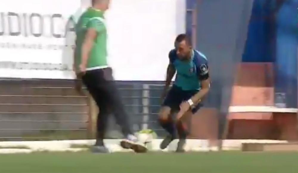 Video - Teknik direktör, maç oynanırken rakip futbolcuya faul yaptı ve ...