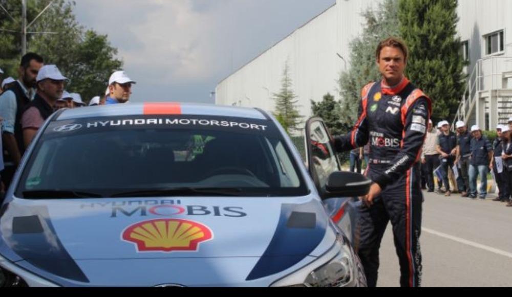 Ünlü ralli pilotu Andreas Mikkelsen, aracının üretildiği fabrikayı ziyaret etti