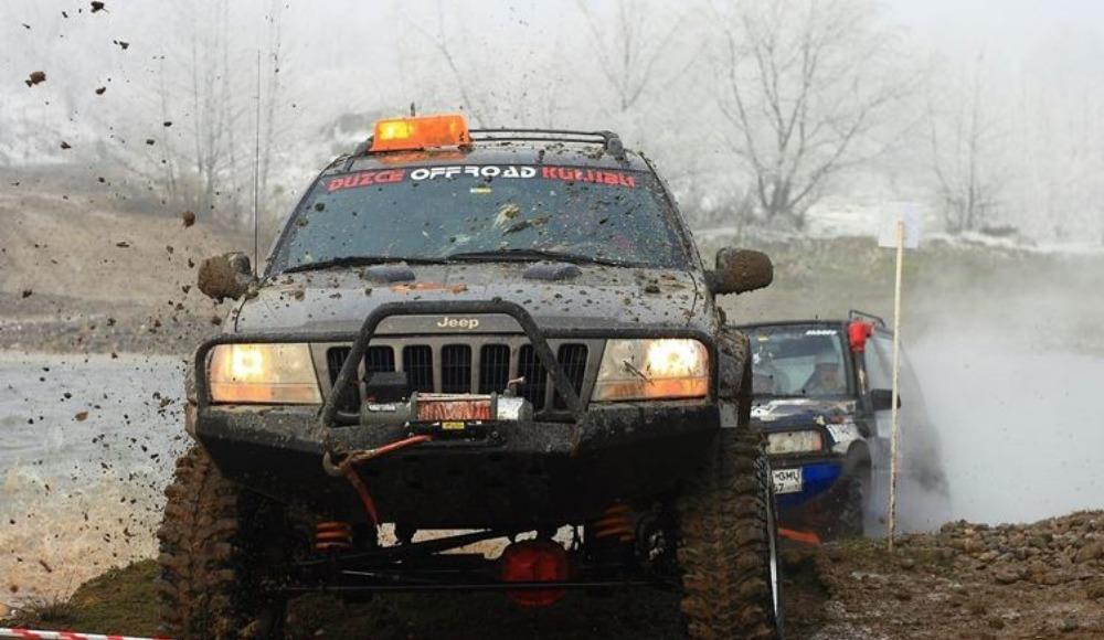 Off-Roadçıların çamurla mücadelesi nefesleri kesti