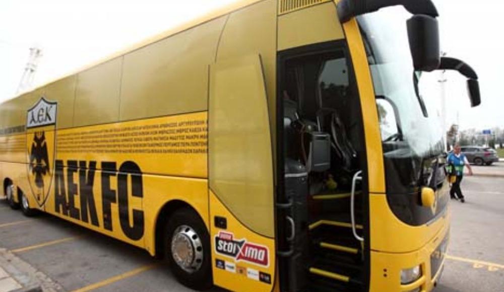 AEK takım otobüsünün üzerinde Türkiye'den isimler