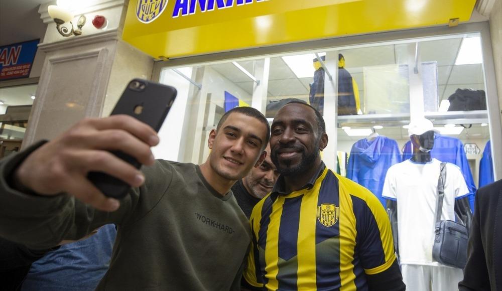 Darius Vassell, MKE Ankaragücü taraftarıyla buluştu