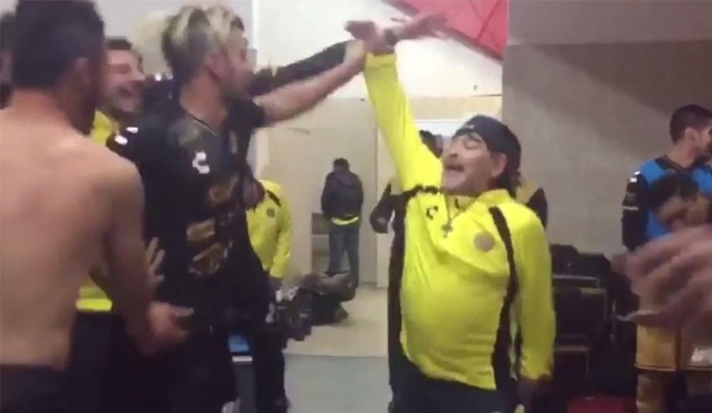 Video - Maradona'dan soyunma odasında galibiyet dansı