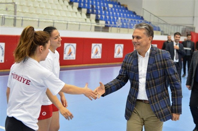 Başkan Uysal'dan, A Milli Kadın Hentbol Takımı antrenmanını ziyaret
