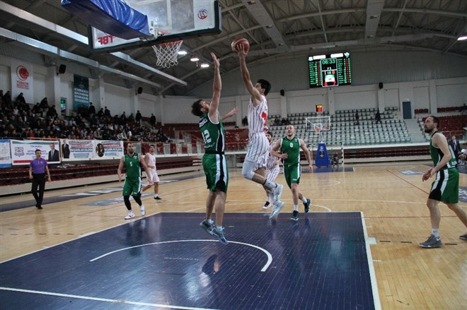 Yalova Belediyespor evinde Akhisar Belediyesi'ne 81-74 mağlup oldu