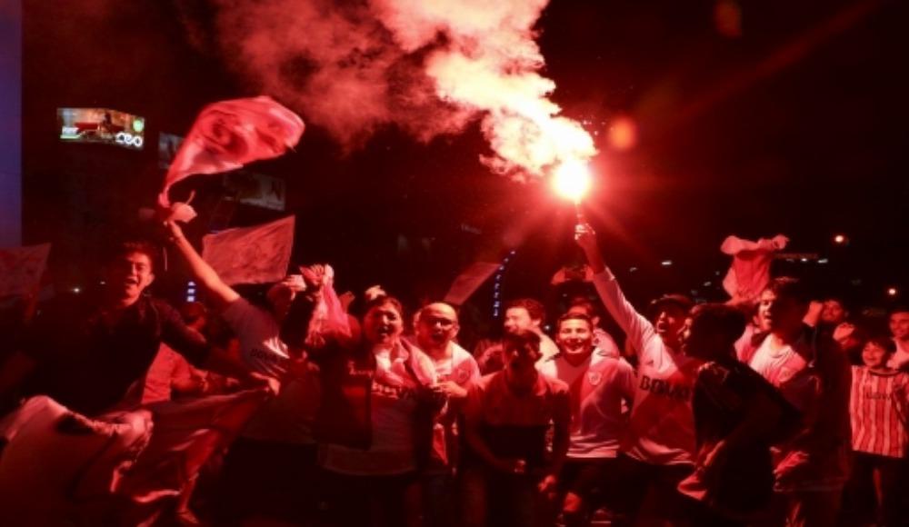 Video - River Plate şampiyon oldu, taraftarı kendinden geçti