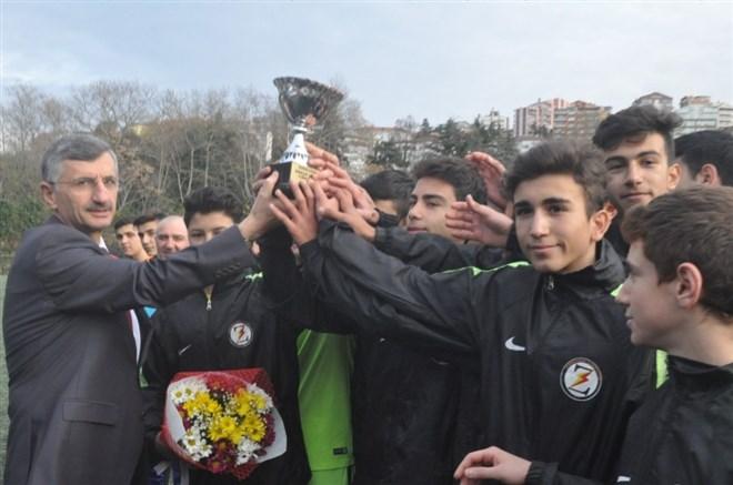 Protokol, gençleri spora yönlendirmek için dostluk maçı yaptı