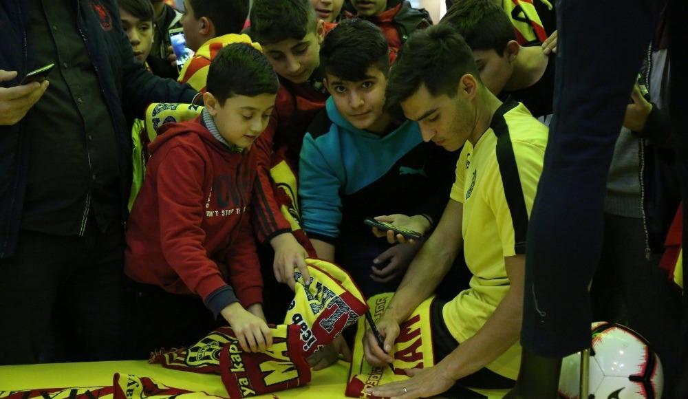 E.Yeni Malatyaspor'un imza gününe yoğun ilgi