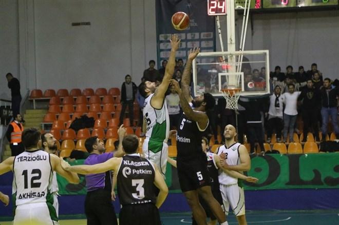 Akhisar Belediyespor, konuk ettiği Socar Petkim Spor'u 84-77 yendi