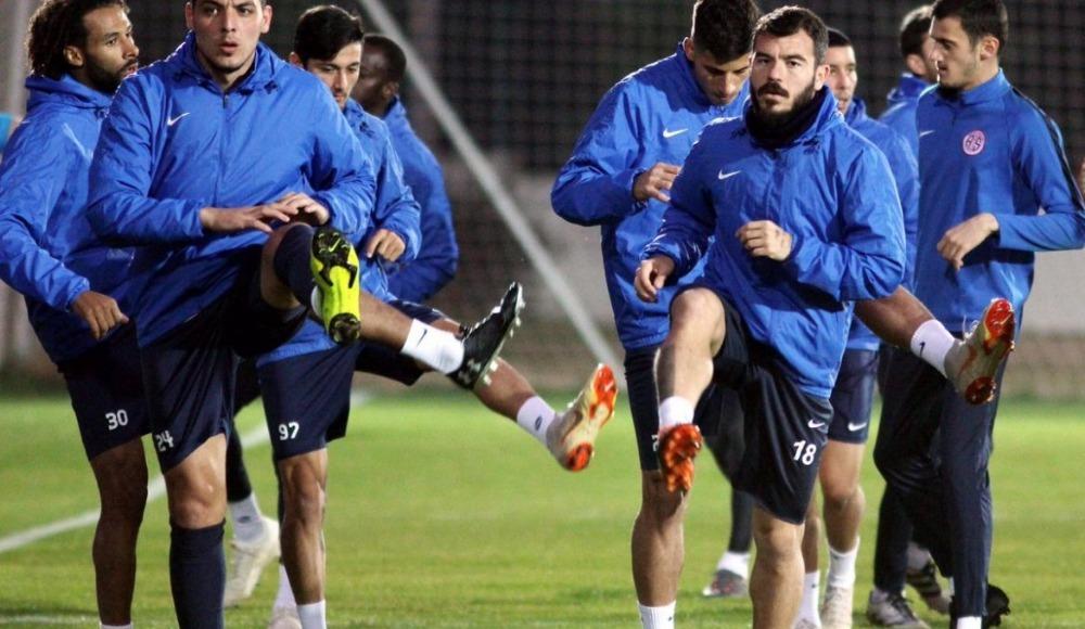 Antalyaspor'da eksikler can sıkıyor! 8 futbolcu...