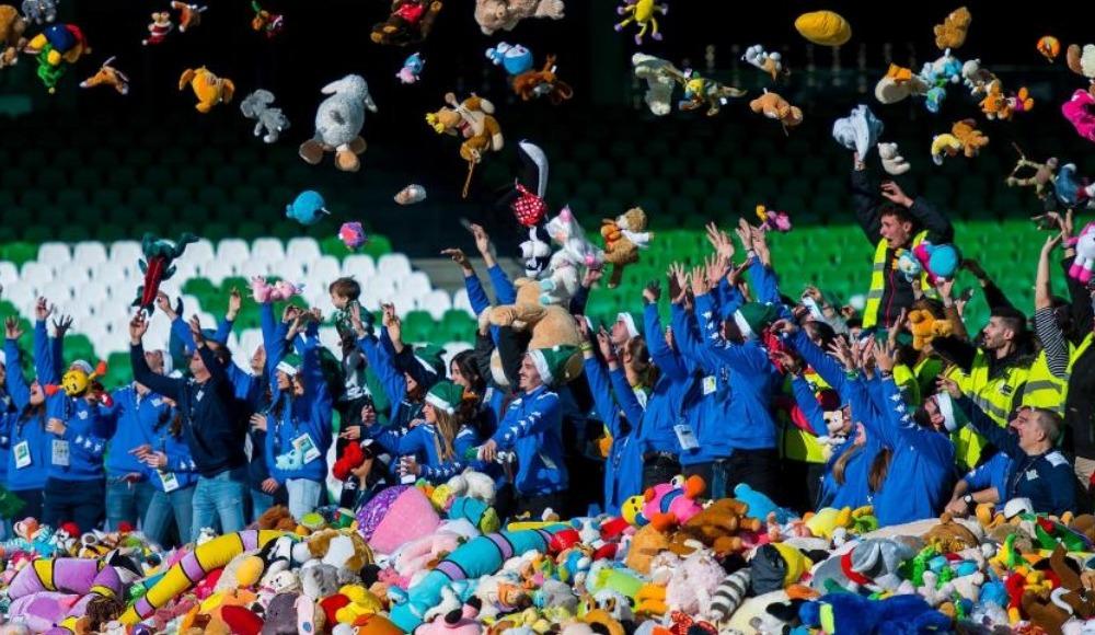 Video - Real Betis taraftarlarından ihtiyacı olan çocuklara binlerce oyuncak