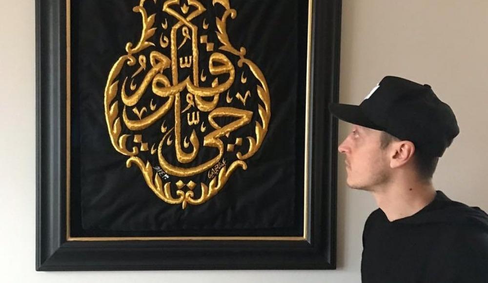 Mesut Özil'den Kabe örtüsüyle paylaşım