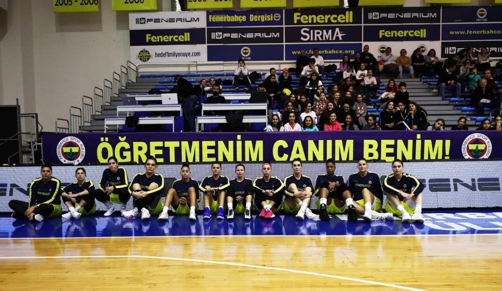 """Fenerbahçe hayatını kaybeden Ceren Damar Şenel için pankart açtı: """"Öğretmenim canım benim"""""""