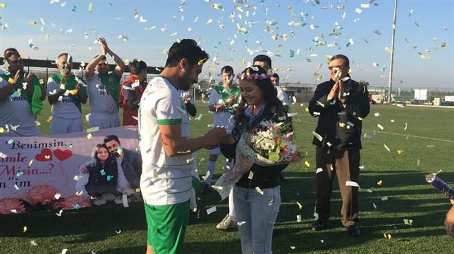 Futbolcudan kız arkadaşına sahada sürpriz evlenme teklifi