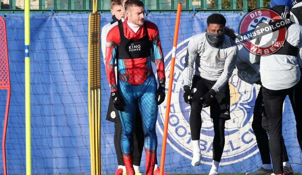 Leicester City'nin forveti Jamie Vardy antrenmana Spider Man kostümüyle çıktı