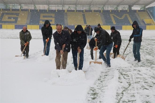Ağrı Şehir Stadyumu temizleniyor