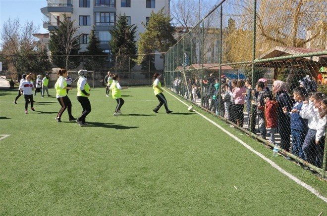 Anneler futbol oynadı, eş ve çocukları heyecan içinde izledi