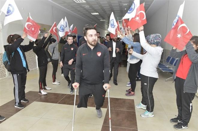 Ampute Futbol Milli Takımı sporcuları öğrencilerle buluştu