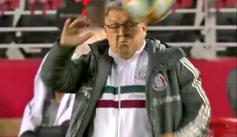 Video - Top Meksika Teknik Direktörü Gerardo Tata Martino'nun yüzünde patladı