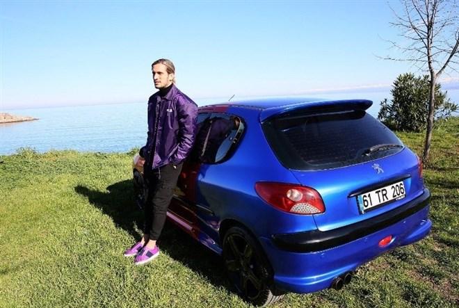 Yusuf Yazıcı, arabasını bordo-maviye boyadı