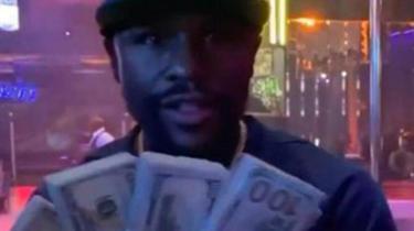 Ünlü boksör para saçtı